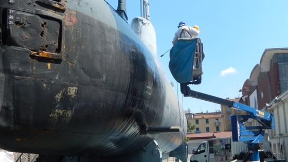 Pulizia e Sverniciatura idrodinamica ad alta pressione di un sottomarino